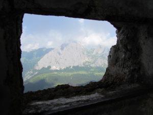 finestra della grande guerra con vista sul monte Peralba
