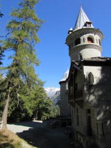 Particolare del Castel Savoia. Sullo sfondo la catena del Monte Rosa