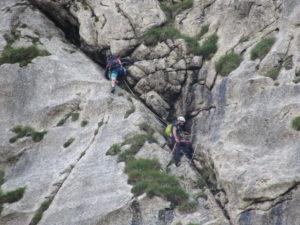 due arrampicatori lungo una fessura obliqua