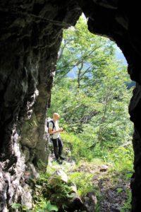 Una delle numerose grotte lungo il percorso
